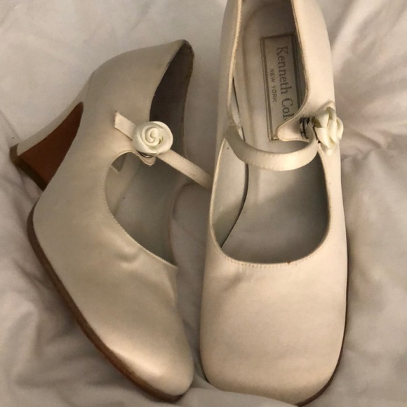 Kenneth Cole Shoes - VINTAGE PRELOVED IVORY MARYJANE W/ FLOWER SNAP